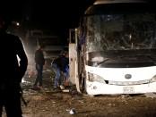 Un policier inspecte le bus de touristes touché par l'explosion d'une bombe à Gizeh le 28 décembre 2018. Crédit photo: Reuters