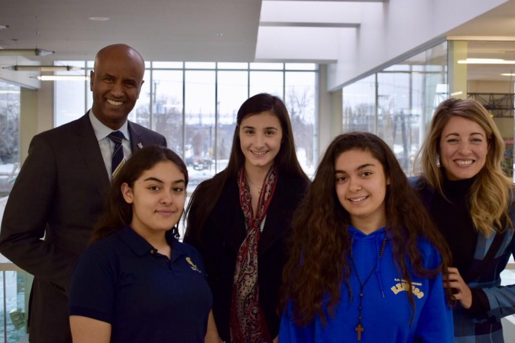 Les ministres Ahmed D. Hussen (à gauche) et Mélanie Joly (à droite) en compagnie de trois jeunes participantes à la table ronde organisée à Ahuntsic Cartierville à Montréal.