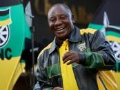 Cyril Ramaphosa esquisse quelques pas de danse devant ses partisans à Johannesburg, le 12 mai 2019. © REUTERS/Mike Hutchings