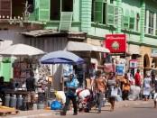 Des magasins dans un marché au Ghana.