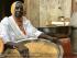 Aissatou Cisse prépare la graine de couscous dans la cour de sa maison. © RFI / Charlotte Idrac