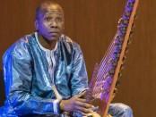 Ballake Sissoko raconte que lorsqu'il est rentré à Paris, sa kora a été brisée en morceaux